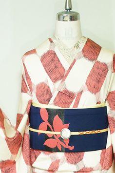 クリーム色とイチゴミルクのような優しいピンクを基調に織り出された50年代レトロモダンデザインを思わせるグラフィカルパターンが織り出された正絹御召の袷着物です。