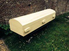 Abachi houten lichtgewicht uitvaartkist. Gemaakt van prachtig zacht en warm voelend hout. Funeral Sprays, Casket, Carpentry, Coffin, Workshop, Display, How To Plan, Simple, Outdoor Decor