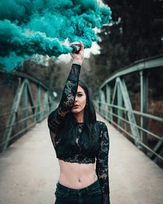 Smoke Smoke Bomb Photography, Girl Photography, Creative Photography, Rauch Tapete, Smoke Flares, Smoke Painting, Rauch Fotografie, Smoke Pictures, Foto Casual