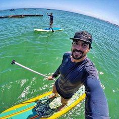 David Grohl curtindo o domingão!! Hahaha, nosso broder @paadias e sua @vanessalmf aproveitando um domingo porreta! Um dia cheio de positividade pra todos! #souldila  #porreta #domingo #praia #sol #bahia #salvador #leve