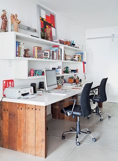 O hall de entrada deu lugar ao escritório do casal Gil Fialho, paisagista, e Anna Lucia Azevedo, designer de interiores. A mesa é mais larga para eles desenharem seus projetos. Separados nos nichos da estante ficam livros
