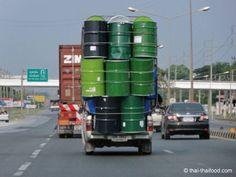 Hochgestapelte Tonnen auf einem Pickup Thailand, Taekook