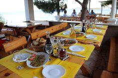 Bitte zu Tisch, im Campingplatz Restaurant Nevio, in Orebic, Dalmatien.