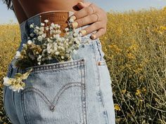 roselinlmiller - Source by lunakolberg - Spring Aesthetic, Flower Aesthetic, Aesthetic Photo, Aesthetic Pictures, Photography Aesthetic, Creative Photography, Photography Poses, Spring Photography, Friend Photography