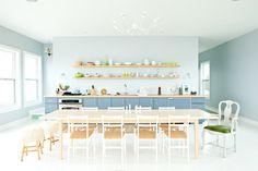 Kuchnia w różnych odcieniach koloru niebieskiego