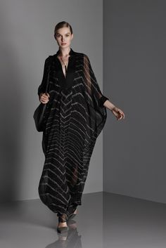 I've been lusting after this caftan from the Halston Heritage Resort collection (Summer) Hijab Fashion, Fashion News, Fashion Show, Fashion Dresses, Fashion Design, Fashion 2015, Estilo Hippy, 2015 Trends, Halston Heritage