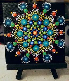 Lienzo pintado a mano Por Pitrone Miranda  Diseño de arte Mandala colorido punto  Tamaño: 4 x 4 Medio: Acrílicos sobre lienzo  Colores: Blanco, Coral, verde, azul, turquesa, rojo