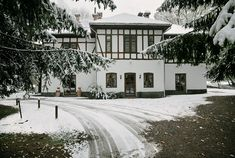 Am pus pe listă zece locuri selectate și recomandate de noi în albumele și revistele igloo, a căror arhitectură tradițională caldă ne duce cu gândul la vacanțe de iarnă demne de cărțile din povești. 1.Casă de vacanță în Zăbala Între Covasna și Târgu Secuiesc, la marginea satul… Romania, Vacation, Mansions, Country, House Styles, Places, Travel, Outdoor, Beautiful