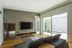 中庭から光と風が通う家 愛知・名古屋の注文住宅ならクラシスホームへ。自由設計でありながら価格を抑えてデザイン性の高い注文住宅をご提案しています。 石張り / 無垢材 / 平屋 / 造作家具 Room Colors, House Design, Interior Design, Japanese House, Living Room Colors, Interior Design Living Room, Living Room Tv, Great Rooms, Living Room Designs