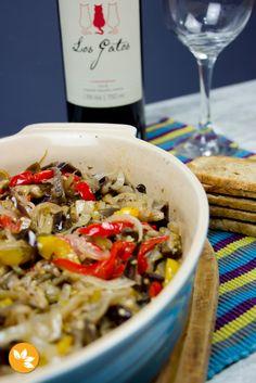 A Caponata de Berinjela é uma receita super tradicional Italiana, mas que ganhou as mesas e o paladar brasileiro há muitos anos. E, é claro, que cada um tem a sua receita. Cada casa, cada família tem um tempero e um modo de preparo diferentes.