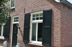 luiken raam zwart shuttered window