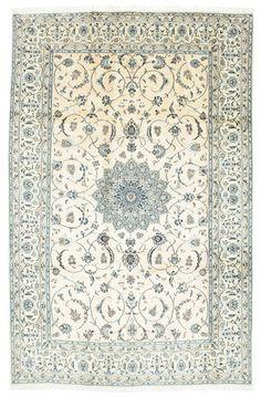 Dit tapijt is geknoopt in werkplaatsen in de stad Naïn in het midden van Perzië, vlakbij Isfahan. Het tapijt is meestal zeer licht met een crèmekleurige of diepblauwe grondkleur en met een groot medaillon in het midden.