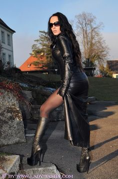 Amatuer in fetish leather dress