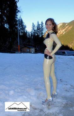 IchWillMehr: Latex im Winterwonderland: Ricci im Skigebiet Spit. Latex Catsuit, Latex Girls, Gorgeous Women, Hot, Erotic, Tights, Sexy, How To Wear, Models