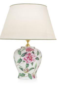 La lámpara de sobremesa Camelie, tiene una vasija con un estampado de camelias rosas sobre fondo blanco.  Es de Cerámica San Marco, artesanos italianos de reconocido prestigio.  Una preciosa lámpara que complementará e iluminará cualquier estancia.  http://www.aqdecoracion.es/iluminacion-3/lamparas-de-ceramica-san-marco-52/  #lamparasdesobremesa #ceramicasanmarco #lamparasdeceramica #lamparasdeporcelana #lamparasdecorativas #ceramicadecorativa #iluminaciondecorativa
