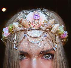 ¿Será por qué son como viajar a un mundo de fantasía con un simple accesorio? | Olvídate para siempre de las coronas de flores, esto es lo de hoy