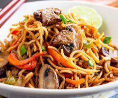 Nouilles asiatiques au porc   Salut Bonjour Chow Mein, Japchae, Ethnic Recipes, Fruit, Food, Duck Confit, Tomato Preserves, Dumplings, Pizza With Egg