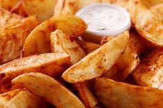 Receta sencilla y con pocos ingredientes para preparar papas en gajos fritas. Con harina, sal pimienta, hierbas y paprika. Se prepara en alrededor de 15 minutos.