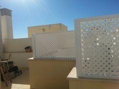 Montaje de marcos fijos fabricados en aluminio y celosia- rombo de pvc blanco, que le permiten salvaguardar su intimidad y separar ambientes en el exterior.
