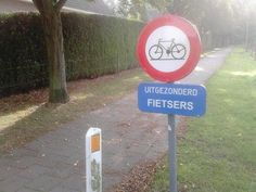 Is het nou wel of toch niet. Punny Puns, You Had One Job, Just Smile, Funny Signs, Signage, Comedy, Weird, Funny Pictures, Funny Quotes