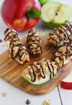 21 Power Snacks to Fuel Your Study Sessions Chocolate-Peanut Butter Granola Apple Bites. Great healthy snack/party food and it looks pretty too! Yummy Snacks, Yummy Treats, Snack Recipes, Dessert Recipes, Yummy Food, Diet Snacks, Lean Snacks, Snacks Homemade, Peanut Recipes