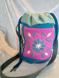 Veske med samisk inspirert dekor. Lunch Box, Arts And Crafts, Gift Crafts, Bento Box, Art And Craft, Art Crafts, Crafting