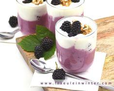 Joghurt mit herrlich frischen Brombeeren aus dem Garten  #joghurt #brombeeren #sommerküche #gesund Panna Cotta, Pudding, Ethnic Recipes, Desserts, Food, Blackberries, Harvest, Yogurt, Fresh