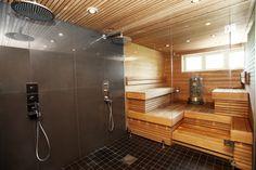 dubbla duschar med glasvägg