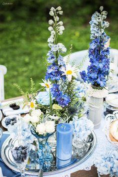Blue Wedding table, blue decoration, blue deco, blaue Tischdekoration, blauer Tisch, blue vintage table, light blue decoration, festive table, Hochzeitsdekoration, Hochzeitsdeko blau, Dekoration Hochzeit, romantische Tischdeko blau. Vintage wedding decoraton, blue flower arrangement, blue flowers