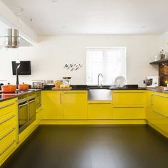 Minimalist Yellow Kitchen Design - Minimalist home interior design that is simple to date is also still a lot of interest by the community because,,, Yellow Kitchen Designs, Yellow Kitchen Decor, Kitchen Colors, Quirky Kitchen, Kitchen Modern, Bathroom Colors, Vintage Kitchen, Yellow Kitchen Cabinets, Painting Kitchen Cabinets