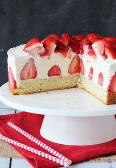 Shortcake - shortcake topped with strawberries, no bake vanilla cheesecake and whipped cream!Strawberry Shortcake - shortcake topped with strawberries, no bake vanilla cheesecake and whipped cream! No Bake Vanilla Cheesecake, Strawberry Shortcake Cheesecake, Cheesecake Recipes, Homemade Cheesecake, Classic Cheesecake, Fruit Cheesecake, Refreshing Desserts, Delicious Desserts, Cupcakes