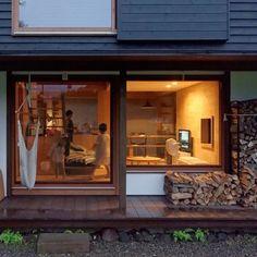縁側と、薪と、ハンモック。自然の中でおおらかに暮らす温かさが伝わる光景です。