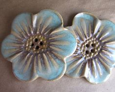 Stoneware Flower Buttons (ClassicElements on etsy) Ceramic Birds, Ceramic Flowers, Clay Flowers, Button Art, Button Crafts, Ceramic Jewelry, Polymer Clay Jewelry, Clay Art Projects, Crafts Beautiful