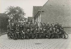 Zie Jan niet. Stoottroepen van het Commando-Brabant/Regiment Commando-Brabant gedurende de Tweede Wereldoorlog. Groep militairen van de 1e compagnie, poseren met wat militaire motorfietsen.