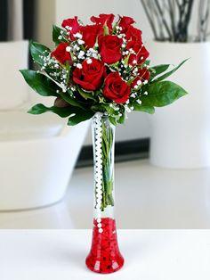Sevgiliye çiçeklerinden Flüt şeffaf vazo içerisinde beyaz lilyum ve kırmızı güller sevdiklerinize göndermeniz için size özel çiçekler ile donattık.