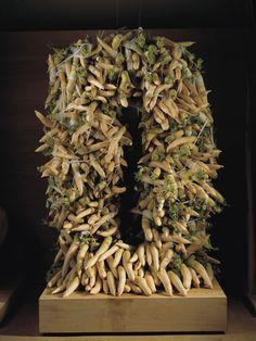 Ikebana's most irreverent practitioner, the Kosen Ohtsubo, finds beauty in the banal. Japanese Iris, Traditional Japanese Art, Plum Tree, Tea Ceremony, Japanese Artists, Art Fair, Ikebana, Fruits And Vegetables, Natural World