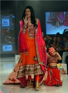 Sushmita Sen with daughter wearing Kutch salwar. Indian Dresses, Indian Outfits, Indian Clothes, Western Outfits, Indian Bollywood, Bollywood Fashion, Indian Attire, Indian Wear, Asian Wedding Dress