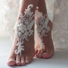 Dentelle romantique sandales aux pieds nus, sandales aux pieds nus mariage de plage, des sandales aux : Autres accessoires par byvivienne