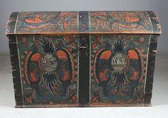 Rosemalt kiste med eierinitialer og dat. 1839. Malt av Drangedalsmaleren, L: 113 cm. Prisantydning: ( 7000 - 8000) Solgt for: 5000