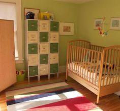 Armários de aço feios e cinzas ganham cara nova e viram atração principal nesse quarto de bebê!