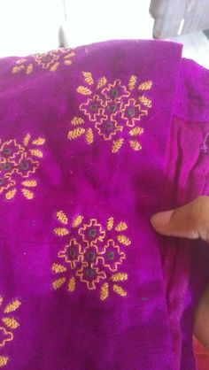 Hand work embroidery Kasuti Embroidery, Hand Embroidery Dress, Hand Embroidery Videos, Hand Embroidery Stitches, Border Embroidery Designs, Bead Embroidery Patterns, Embroidery Works, Creative Embroidery, Kutch Work Designs