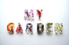 お花と氷でできたとってもきれいなタイポグラフィ。 イギリス在住のデザイナー Petra Blahovaさんの作品です。  ...