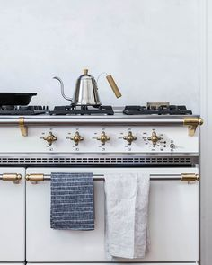 Love, love, love this stove with its gold accents. Vintage with pizzazz!