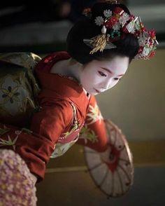 Maiko in Gion, Kyoto . . . . . #maiko #gion #kyoto #japan #japón #japon #nippon #igersjp #igers #instadaily #instatravel #travel #photography #photo #picoftheday #traditional #japanese #kimono