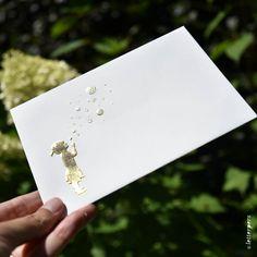 Een heel bijzonder kaartje voor als je iemand 'bonjour' wilt zeggen met een persoonlijke boodschap. De kaarten gedrukt op 600 gram katoen papier zijn voorzien van een gouden folie (het meisje met de bellen). En in preeg staat het woord 'Bonjour' in een mooie handgeschreven letter die omhoog komt uit het papier. Op de envelop hebben we ook het meisje in goudfolie gedrukt en komt de afbeelding in preeg omhoog. Zo'n mooie en unieke kaart zal nooit in de prullenbak verdwijnen!