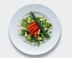 salmón, aguacate, arroz basmati y cebollino