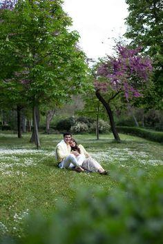 Após um pedido surpresa e em meio a lágrimas e sorrisos ficaram noivos! Comemoraram o noivado com uma linda e-session em Madri!