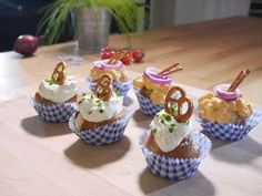Ratz Fatz: Bavarian Cupcakes Cupcakes are one of your favorite dishes – but always sweet is just not possible? Then do not miss these hearty Bavarian Cupcakes! Party Finger Foods, Snacks Für Party, Yummy Snacks, Snack Recipes, Cupcakes Amor, Homemade Sauerkraut, Healthy Sauces, Fingerfood Party, Oktoberfest Party