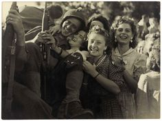 Photographie de Robert Cohen réalisée le 25 août 1944, «L'accueil fait aux soldats». #WWII