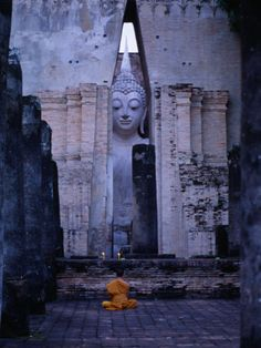 Monk Meditating in Front of Large Buddha Statue at Wat Si Chum, Sukhothai, Thailand Gautama Buddha, Buddha Buddhism, Buddhist Monk, Lotus Buddha, Art Buddha, Zen, Yoga Meditation, Art Thai, Temples